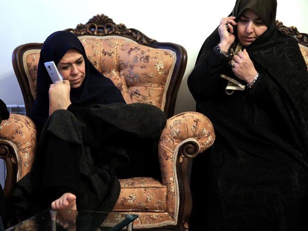 Zohreh Etezadossaltaneh atende o celular com os pés (Foto: Ebrahim Noroozi/AP)