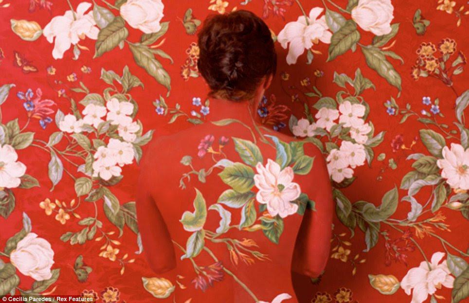 Lady in Red: A pose mais comum nas fotografias é este, com a Sra. Paredes 'pintado costas para a câmera