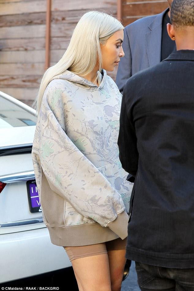 Sem calças?  A estrela da realidade criou a ilusão de que ela estava usando apenas uma camisola quando optou por emparelhar o topo grande com calções de spandex que acompanhavam sua pele