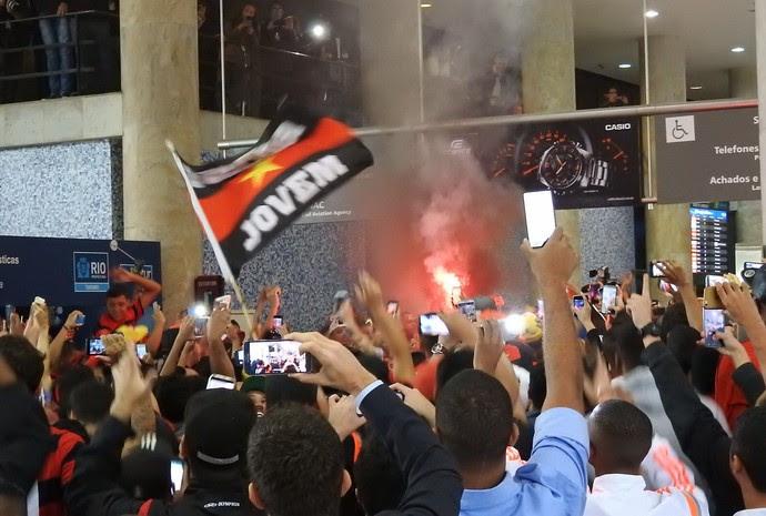 Torcida do Flamengo sinalizador aeroporto (Foto: Fred Gomes)