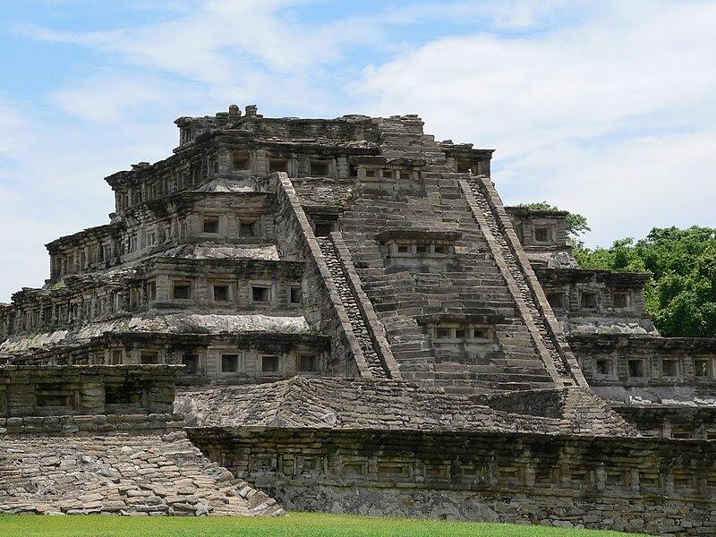 Archivo: El Tajín, Nischenpyramide.fcm.jpg