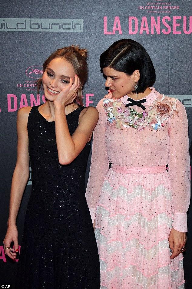Manter boa companhia: O adolescente parecia ter uma grande afinidade com Soko, que parecia etérea em uma corando vestido rosa irreverente com enfeites florais