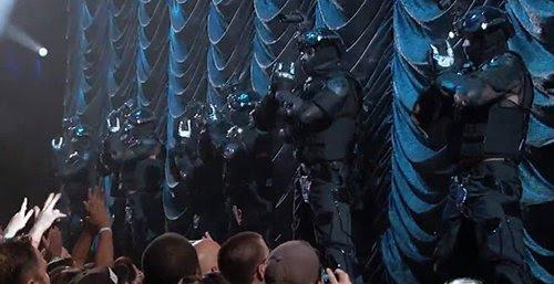 MJ é introduzida por um bando de policiais vestidos com equipamento anti-motim - uma continuação da agenda estado policial que prevalece em todo o mundo da música.