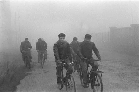 Risultati immagini per operai che vanno al lavoro in bicicletta anni 60