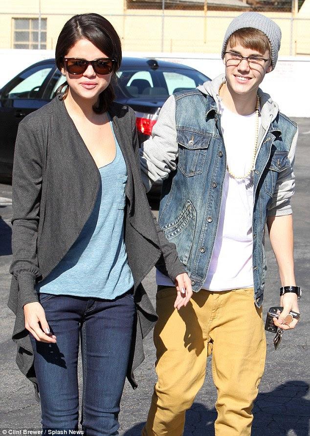 De pé por seu homem: Selena foi estoicamente de pé pelo namorado Justin Bieber, como a 17-year-old passa por uma batalha feia paternidade