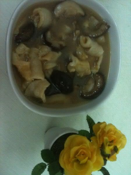 AmCherrie my cooking :chicken soup with seashell and mushroom.