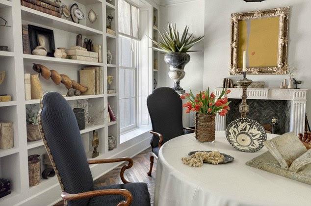 Çevre Relaxing: Ev yayılan gerekçesiyle üzerine bakan büyük pencereler ile soğuk renklerle dekore edilmiştir