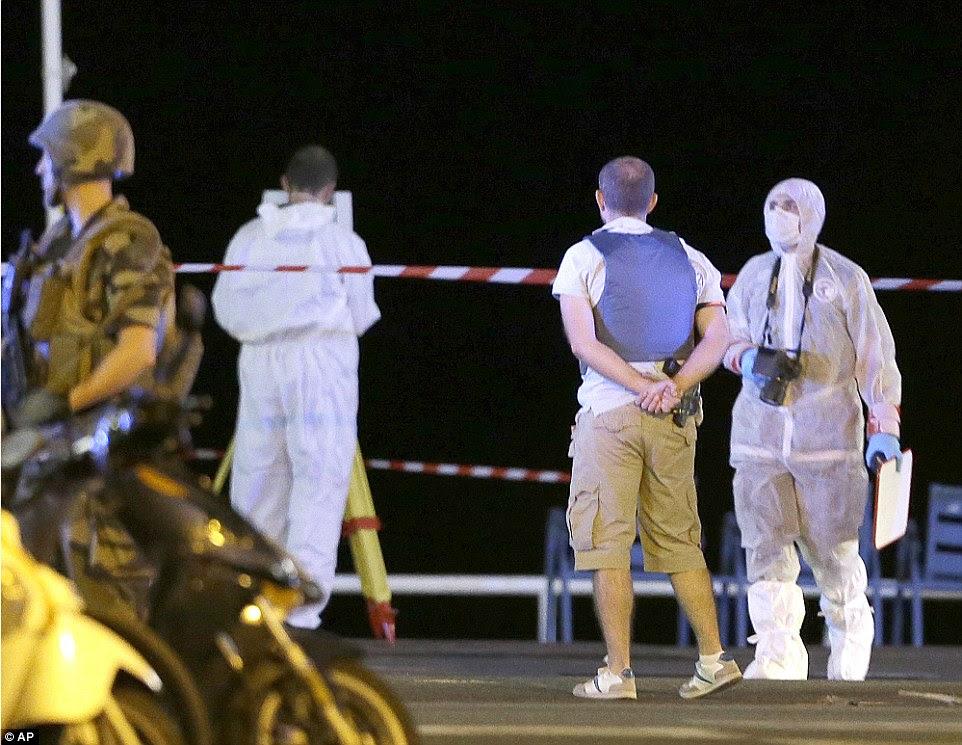 oficiais forenses tentaram estabelecer exatamente o que aconteceu ontem à noite, em um esforço para determinar se o assassino tinha qualquer ajuda externa