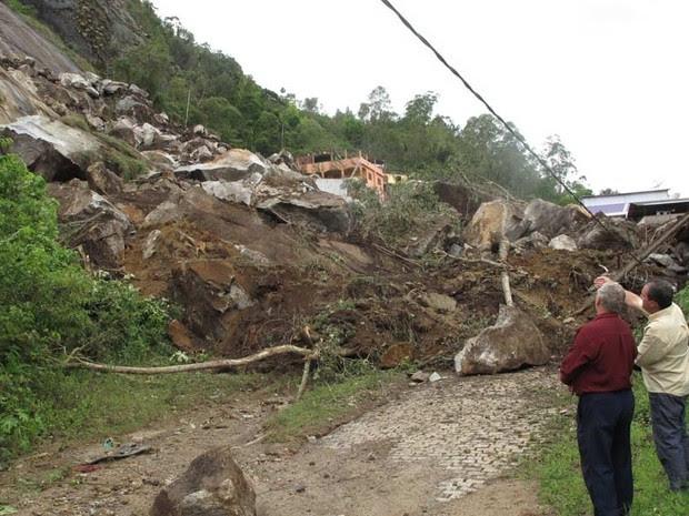 Moradores observam os estragos causados pela chuva (Foto: Tássia Thum / G1)