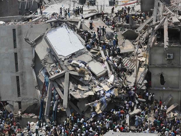 Multidão trabalha na retirada de vítimas de um desabamento em Savar, Bangladesh. O edifício de 8 andares que desabou abrigava um shopping center e fábricas de roupas nas imediações da capital Dhaka. (Foto: Andrew Biraj/Reuters)