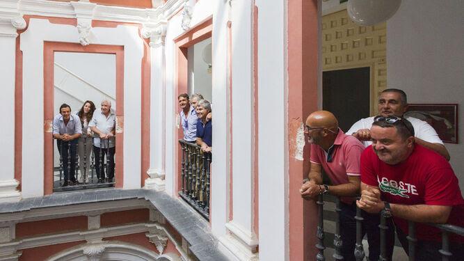 Integrantes del equipo de gobierno y colectivos del carnaval, en una visita al Palacio de Recaño.