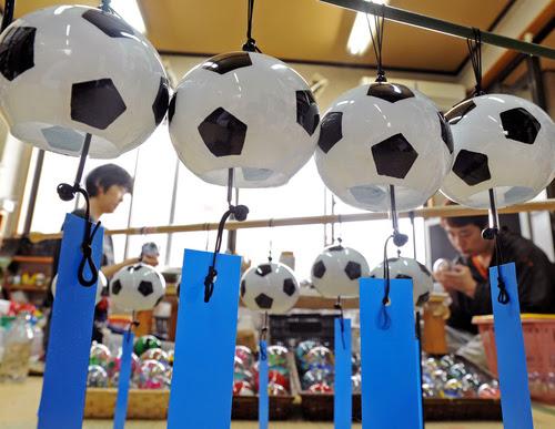 Artesãos da Shinohara Fuurin de Edogawa fabricam os sinos. Foto: Mainichi