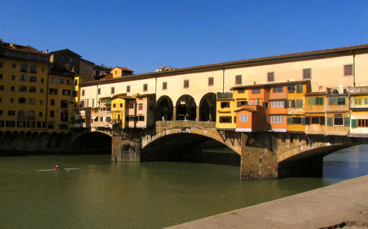 Ponte Vecchio: A Ponte Medieval cheia de lojas em Florença, Itália 10