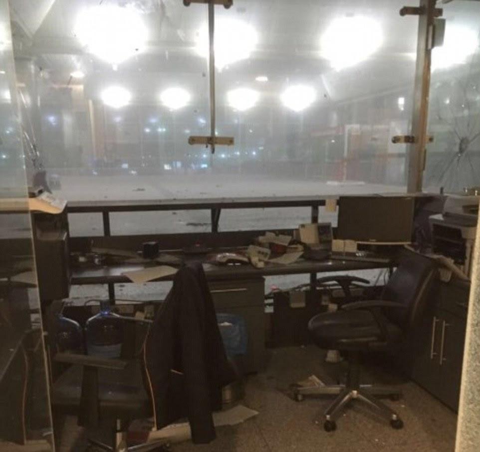 Um escritório abandonado no maior aeroporto da Turquia no aeroporto Ataturk, em Istambul, onde explosões e tiros irromperam na terça-feira à noite.  Um painel de janela à direita da imagem parece ter sido quebrado