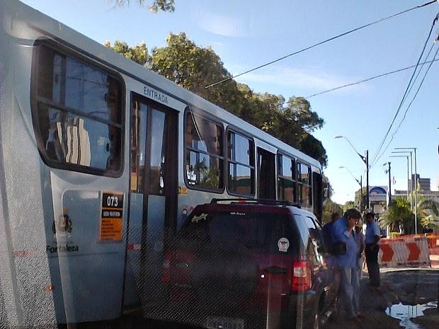 """Uma colisão entre um ônibus e um veículo na esquina entre a Avenida Dom Manuel e Pero Coelho Milagres, em Fortaleza, causou congestionamento no trânsito. No local, há uma obra da Companhia de Água e Esgoto do Ceará e os carros precisam pegar um desvio justamente nesse cruzamento. Com a colisão, que foi leve e não teve feridos, os veículos pegaram um """"atalho"""" na calçada, em pequeno espaço entre um muro e um poste. (Foto: Giselle Dutra /G1)"""