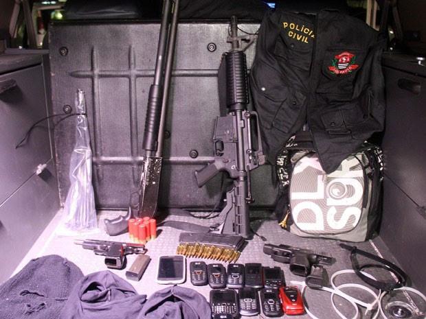 Armas, celulares e coletes da Polícia Civil foram apreendidos (Foto: Edison Temoteo/Futura Press/Estadão Conteúdo)