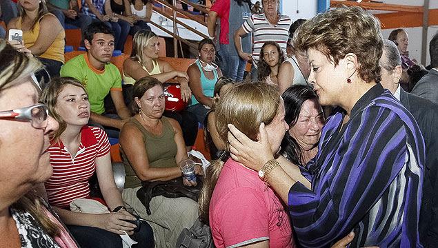 Dilma abraça parente de vítima e se emociona em visita a Santa Maria após tragédia