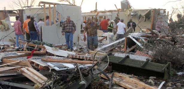 Moradores inspecionam estragos em residência após tempestade em Clarksdale, no Mississipi