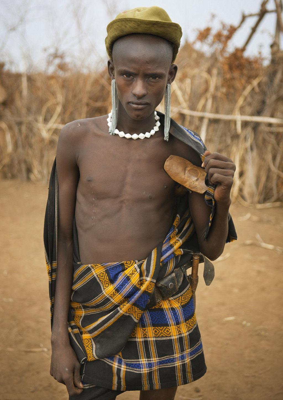 Tribo etíope recicla descartes do mundo moderno em acessórios de moda 11