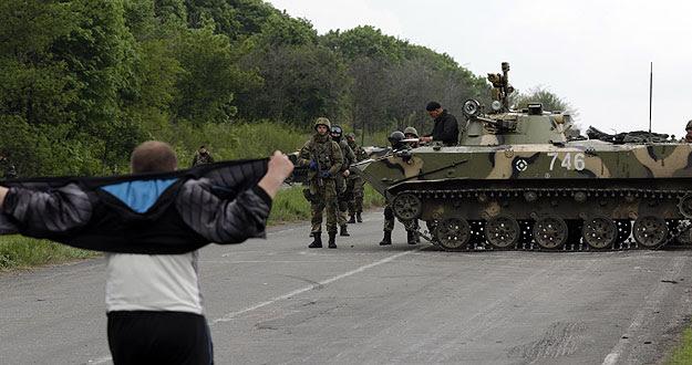 Un hombre ante los soldados ucranianos a las afueras de Slaviansk