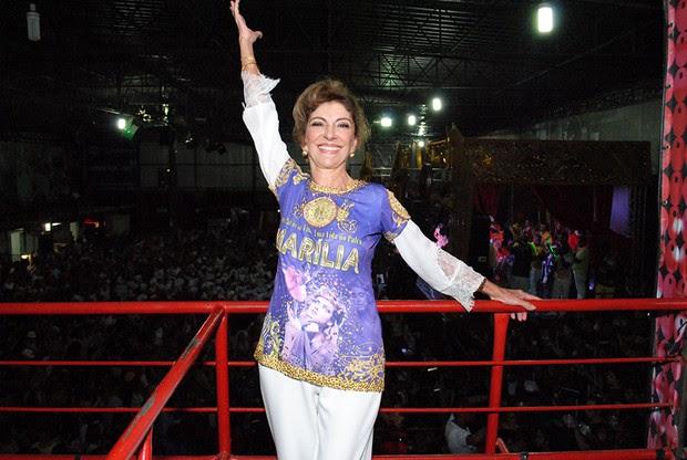 Marília Pêra em ensaio na quadra da escola de samba Mocidade Alegre, em São Paulo (Foto: Eduardo Graboski e Renato Cipriano/ Mais Mídia/ Divulgação)