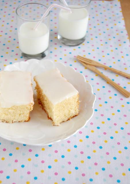 Super tender coconut cake with coconut icing / Bolo de coco super macio com cobertura de coco