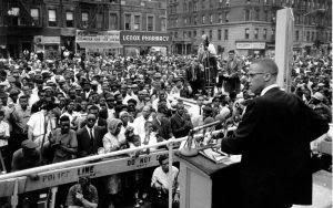 Malcom X faz discurso para centenas de pessoas nos EUA