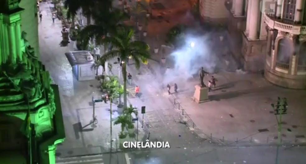 Imagens registradas pela TV Globo mostram manifestantes sendo dispersados com bombas de efeito moral dos arredores da Cinelândia (Foto: Reprodução/TV Globo)