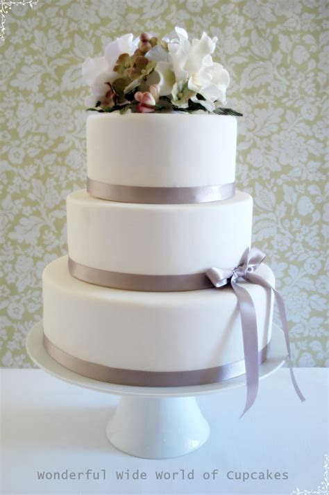Wonderful World of Cupcakes: Wedding Cake with Flowers