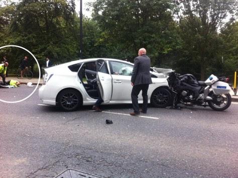 Τρομερή εικόνα! Αστυνομικός-φρουρός του πρίγκιπα Χάρι πέφτει πάνω σε ταξί με ιλιγγιώδη ταχύτητα