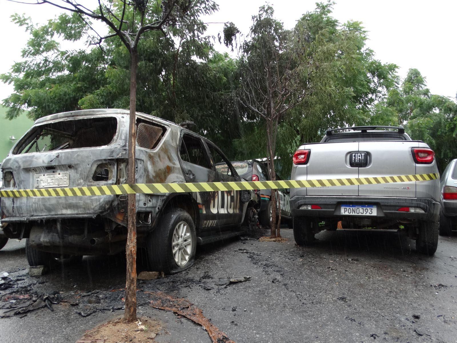 Incêndio em viaturas no pátio da DP de Tauá foi criminoso, diz Polícia Civil