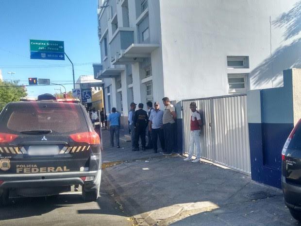 Polícia Federal cumpre mandados da operação Veiculação na prefeitura de Patos, no Sertão paraibano (Foto: Rafaela Gomes/TV Paraíba)