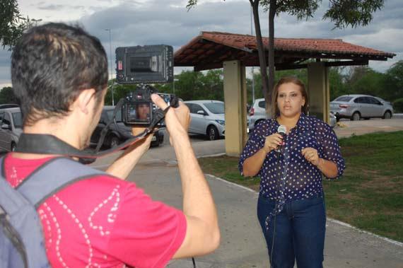 A jornalista Wllana Dantas em ação gravando o documentário