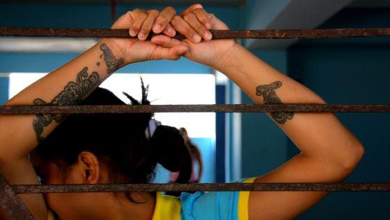 Muchas internas de la cárcel de menores lucen tatuajes.