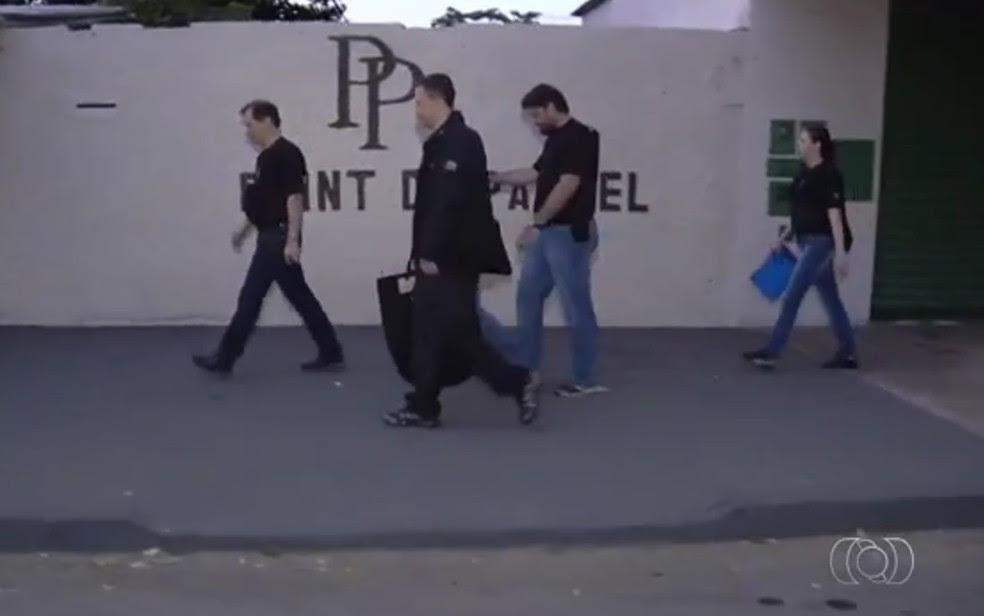 Policiais federais cumprem mandados em ação contra fraude em seguro-desemprego (Foto: Reprodução/TV Anhanguera)