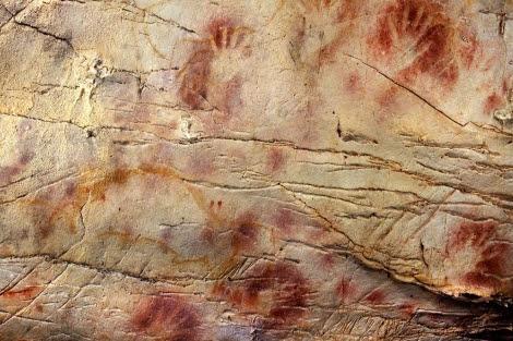 Manos pintadas en la cueva de El Castillo, de hace 37.300 años. 'Science'
