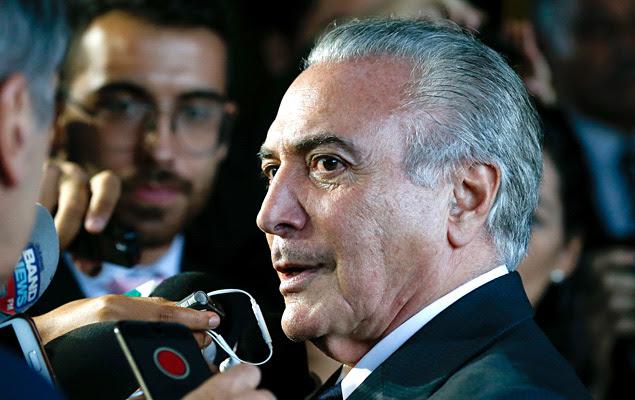 O vice-presidente Michel Temer fala com a imprensa para explicar a mensagem gravada