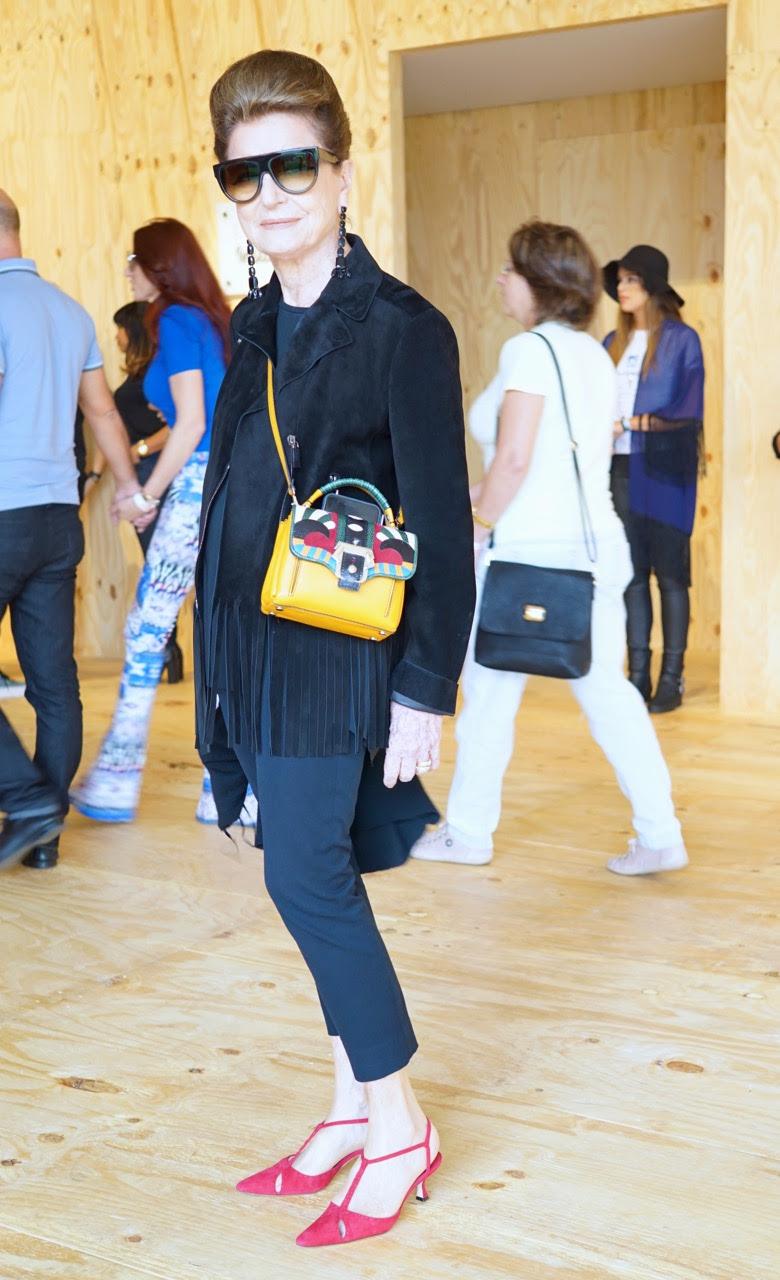 CP de casaco Valentino, bolsa Paula Cademartori e sapatos Manolo Blahnik