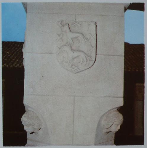 Palacio de Fuensalida en 1979. Emblema de los Señores de Fuensalida, los lobos pasantes con borduras de aspas, de la familia Ayala