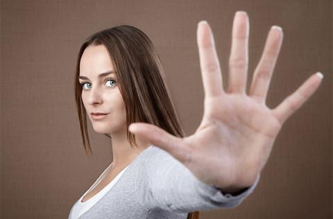 """9Dấu hiệu """"dừng lại"""": Bạn tuyệt đối không nên dùng dấu hiệu này tại Hy Lạp. Cử chỉ này là một sự xúc phạm đối với người dân tại đây. Quan niệm này bắt nguồn từ việc những tội phạm thời đế quốc Byzantine khi bị đem đi diễu trên đường phố bị người dân tại đây dùng lòng bàn tay có than hoặc phân bôi lên mặt."""