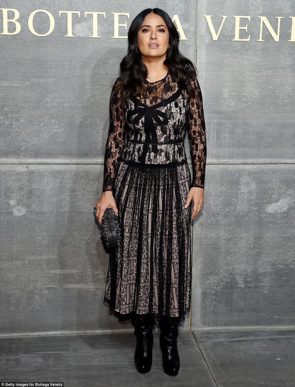 Vestido extravagante: Salma Hayek Pinault, de 51 anos, parecia fenomenal em um vestido de dente de mangas compridas, que apresentava um pescoço alto e um arco detalhando o glamour sofisticado