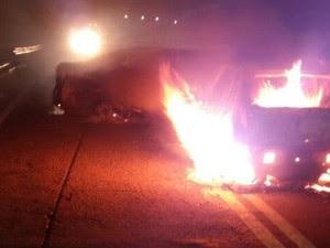 Carros foram incendiados em pontes para evitar entrada de reforços policiais (Foto: Reprodução)