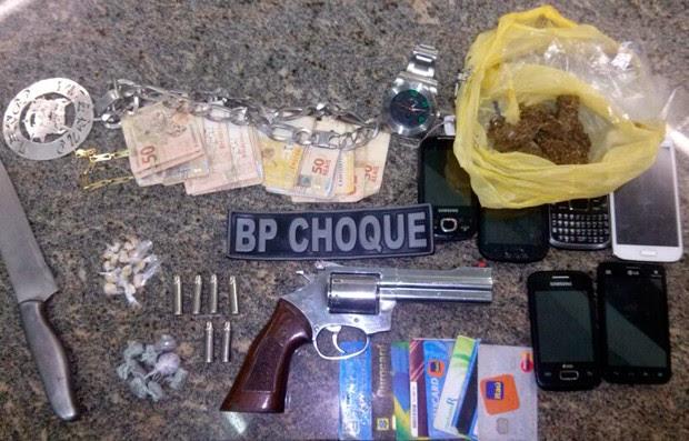 Com o gurpo preso, policiais do BPChoque aprenderam um revólver, drogas e R$ 1.300   (Foto: Divulgação/Polícia Militar do RN)