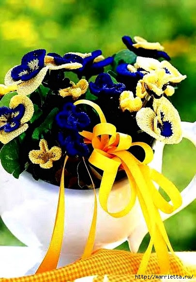 Pansies hook.  Curtain for kitchen and flower arrangement (2) (405x581, 182Kb)