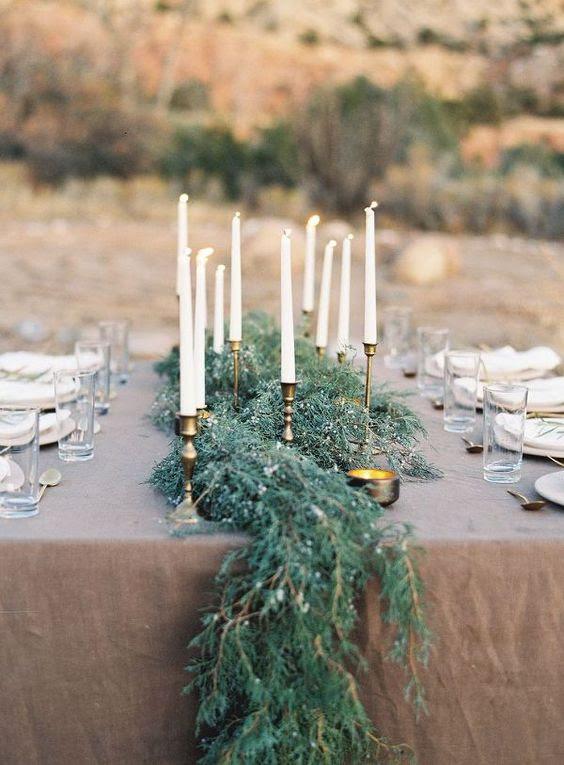 ein zusammenspiel aus grün Tischläufer sieht sehr chic und elegant mit vergoldeten berührt auf den Tisch