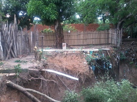 Caxias: Erosão avança e ameaça derrubar casas
