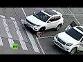 Una niña se agacha para atarse los cordones y un auto la atropella dos veces
