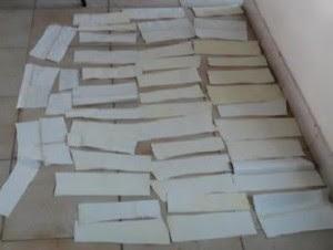 Las 48 láminas estaban mezcladas con brassieles y trajes de baño en el interior de una caja de cartón.