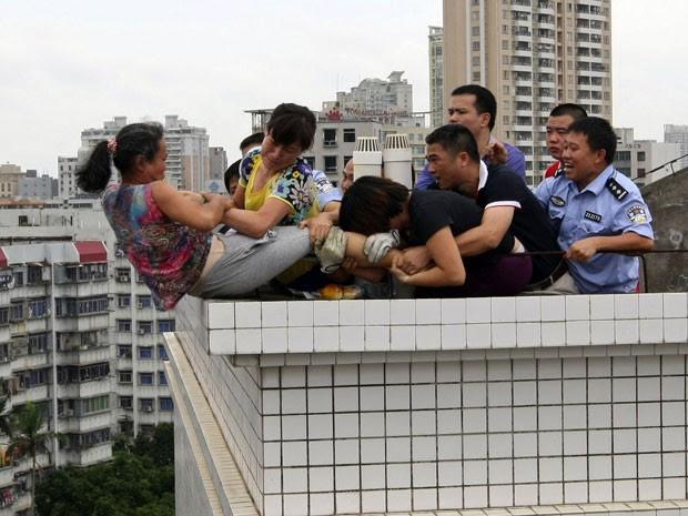 Policiais também auxiliaram no trabalho de resgate (Foto: Reuters)