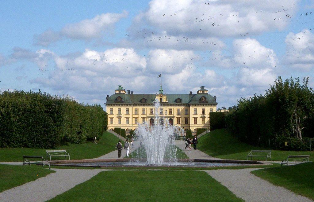 Drottningholm fontän 2011.jpg